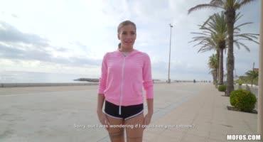 Подловил спортсменку на пляже и отвел в переулок, что бы трахнуть её за деньги