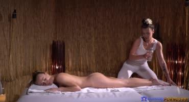 Неный массаж перерос в страстный лесбийский секс