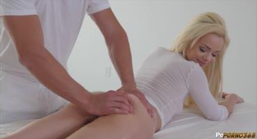 Девчонка пришла на интимный массаж, а ушла после члена внутри себя