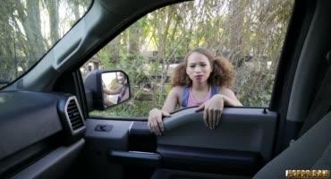 Мулаточка устроила потрахушки в машине с незнакомцем