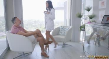Медсестричка купилась на большой член пациента и насладилась сексом