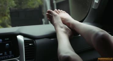 Молоденькая девушка дрочит пенис ножками и скачет верхом