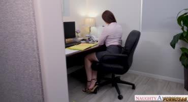 Красивая милфочка трахнулась после работы в офисе