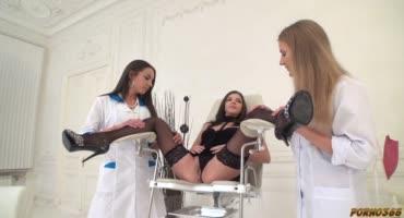 Молодые медсестры разработали дырки друг другу и устроили оргию с мужиками
