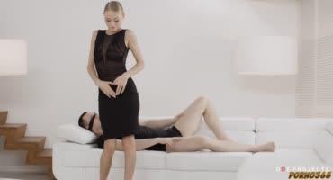 Блондинка ласкает пенис искусственной вагиной в 69 позе