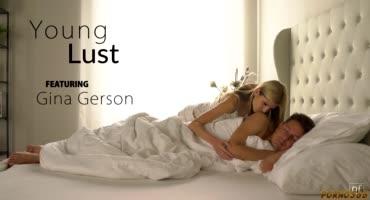 Чувственный секс в кровати с худосочной блондой