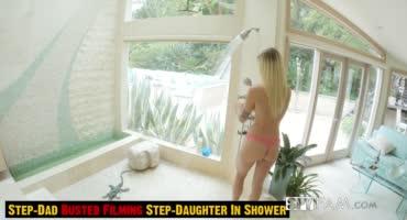 После душа блондинка стала шлифовать член, пока ее снимала камера