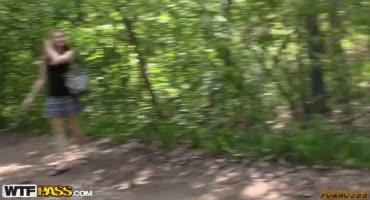 Русской малышке заливают лицо спермой толпа парней на природе
