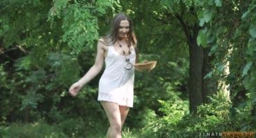 Русоволосая девушка собирала ягоды и получила член в попку