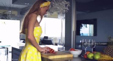 Очаровательная блондинка очень нежно ласкает себя на кухне