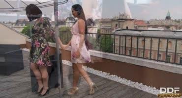 Сучки полюбовались видом на балконе, а после отправились в квартиру