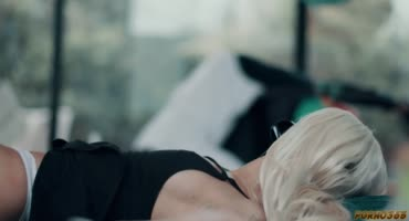 Блондинка Эмма Хикс смачно отсасывает черный ствол