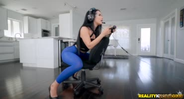 Геймершу трахает ее парень, пока она играет