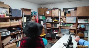Брюнетку Одри трахают два строгих охранника супермаркета