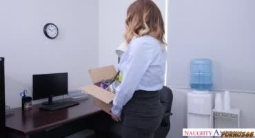Пышногрудая секретарша соблазняет коллегу по офису