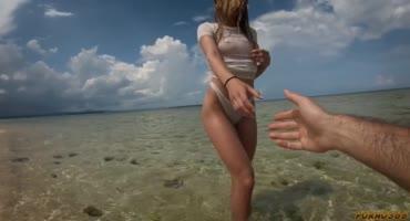 Отдых на Мальдивах закончился сексом на пляже