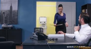 Кудрявая блондинка отчитывается перед боссом, однако дальше она соблазняет его