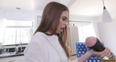 Папаша показал дочке секс-игрушку, намекнув ей на секс и хорошенько трахнув
