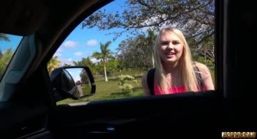 Плохой водитель совратил юную девушку на секс в машине