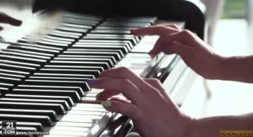 Устроила парням концерт на пианино, а потом сыграла на их членах