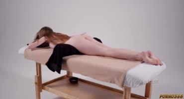 Худая Джулия Кроу пришла на массаж к девке и позволила ей полизать киску