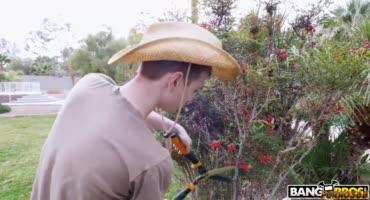 Садовник испортил цветы женщины и был вытрахан