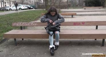 Девушка в знак благодарности трахается с незнакомым парнем