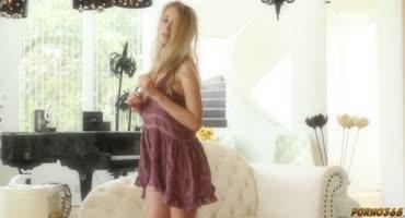Молодая блондиночка расслабляется на камеру
