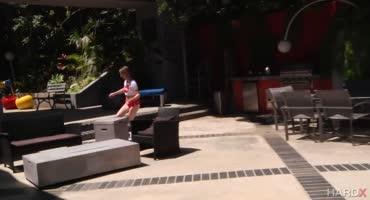 Телка катается на скейте с анальной пробкой