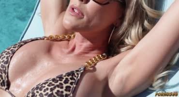 Молодой трахарек красиво занозит сексуальную зрелую блонду