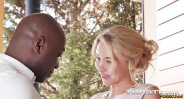 Шоколадный ебарь отмахал длинноногую блонду в нежную задок