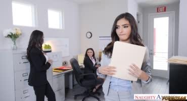 Секс с тремя девушками в офисе на столе и камшот в конце
