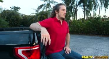 Мужик бурно долбит рыжую сучку в своей машине