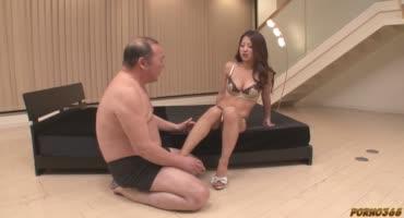 Молодая азиаточка совокупляется в волосатую вагину