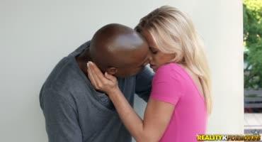 Блондинка очень любит черный член парня и встала раком перед ним