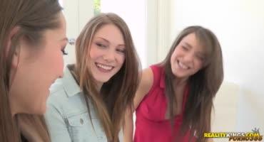 Три подружки возбудились во время разговора и решили устроить лесбийский секс