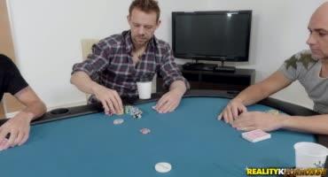 Мужик проиграл свою супругу в покер друзьям