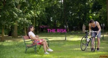 Пошлая сучка отдается парню на скамейке прямо на природе