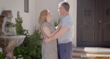 Зрелая и грудастая блондинка на каблуках показывает свои умения в сексе
