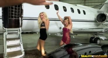 Лысый порноактер жарит двух молоденьких цыпочек в личном самолете