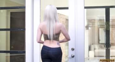 Жопастая блонди попросила дружка ее оттарабанить
