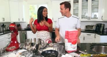Молодой парень жарит негритянку пока она готовит кексики