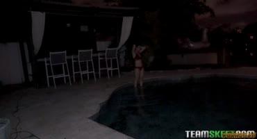 Девушке приспичило ночью скупаться в бассейне
