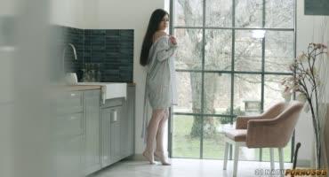 Эффектная телочка шпилится в анал на кухне