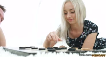 Блондинка проиграла молодому человеку в шашки