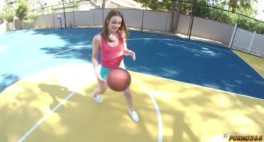 Милашка соблазнила братика на баскетбольной площадке
