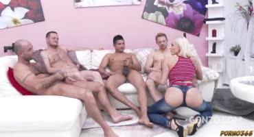 Горячая блондинка сделала парням минет и они раздолбали её тугую жопу