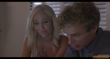 Красивая блондинка вернула парню часы и он вылизал её киску
