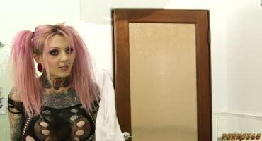 Нимфоманочка завела свою жертву на кроватку для потрахушек