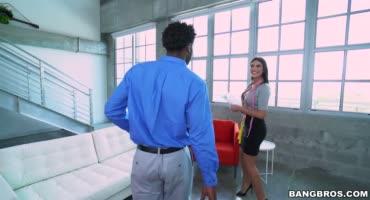 Брюнетка измеряет член негра и в резко в шоке от него, что хочет секса